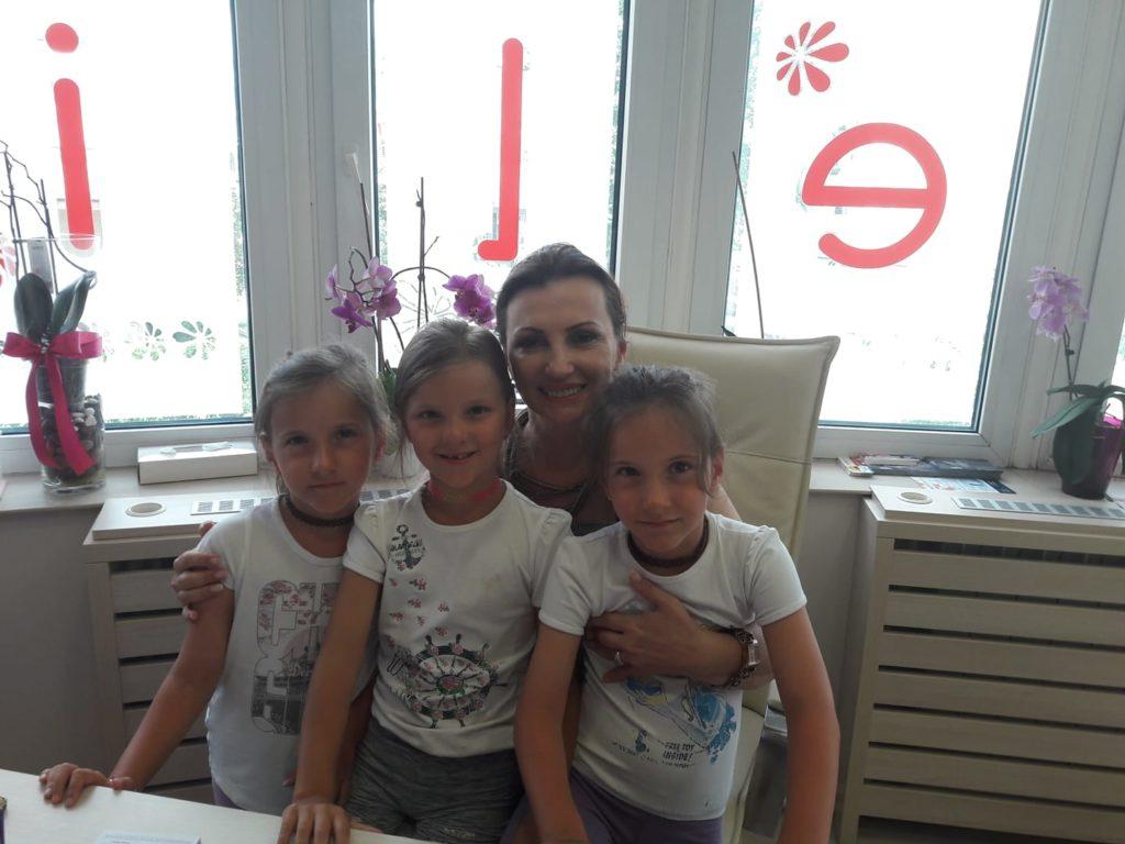 Tri devojčice u poseti ordinaciji Anđelić