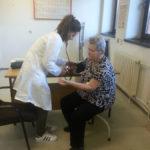 """"""" Kлуб старих""""-сваког месеца особама преко 65 година мери крвни притисак"""